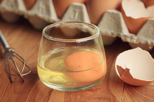 свежее яйцо в стакане