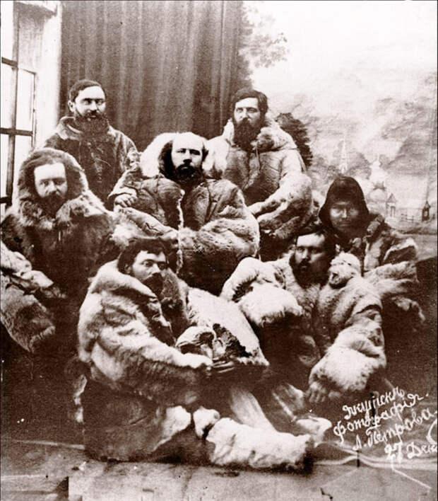 Спасшиеся члены экспедиции. Изображение с сайта yakutskhistory.net