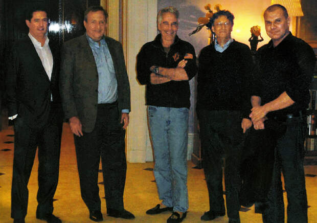 Джеффри Эпштейн (в центре) и Билл Гейтс (справа от него)