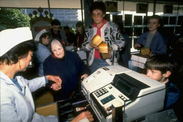 Отсутствие специальных программ для контроля кассовых операций не мешало кассирам в прошлом пробивать честную цену / Фото: yaplakal.com