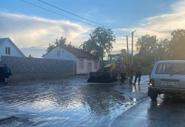 В селе Приозёрное прорвало дамбу. Фото, видео