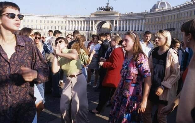 15. Танцы на Дворцовой площади, 1995 год  СССР, дискотеки, лихие 90-е, танцы ссср, фото