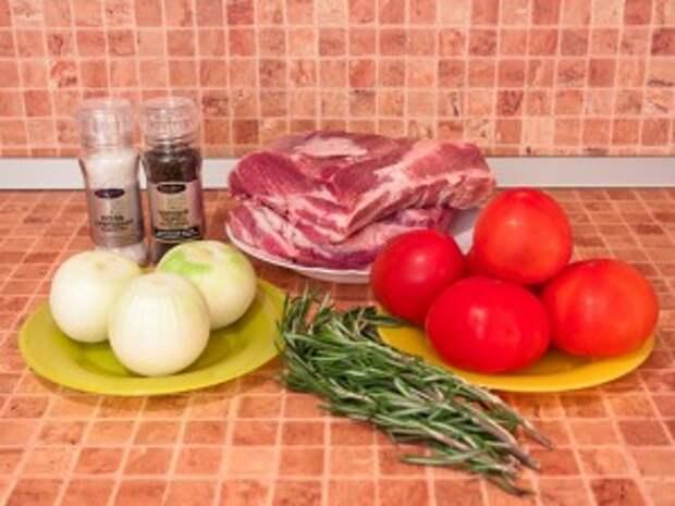 Шашлык из свинины, маринованной в помидорах, розмарине и луке. Ингредиенты