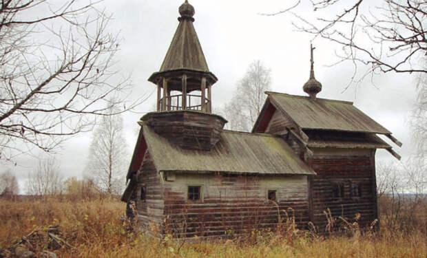 Мужчина нашел в лесистых болотах заброшенную часовню. Ее возвели почти 200 лет назад, но некоторые доски внутри были почти новыми