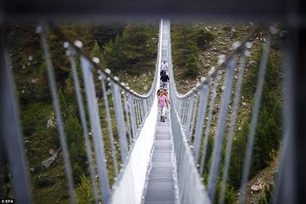 Вниз не смотреть: самый длинный пешеходный мост открыли в горах Швейцарии Грэхен, Церматт, горы, курорт, мост, туристы, швейцария