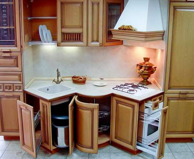 Хороший вариант преобразить интерьер кухни при помощи такой крутой столешницы.