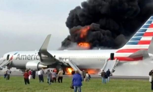 Названа основная версия возникновения пожара на борту самолета в Чикаго