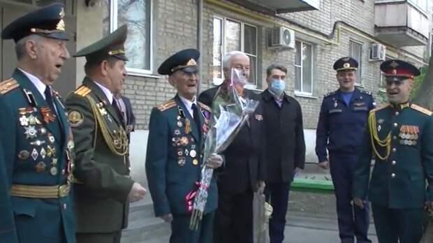 Военные устроили концерт для участника первого Парада Победы в Москве