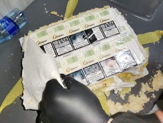 Украинец пытался провести в Румынию торт с начинкой из сигарет: фото