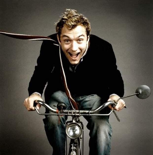 Яркие фотографии знаменитостей на велосипедах