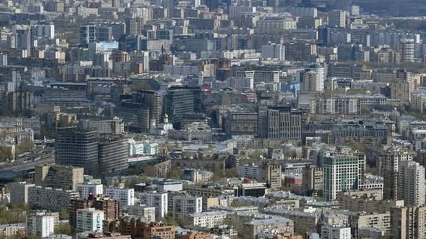 В Москве из-за сильного ветра пострадали два человека