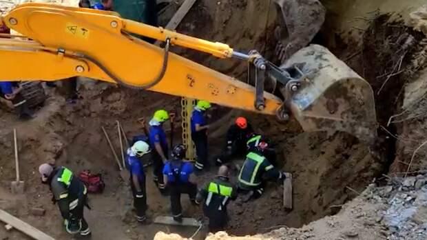 Рабочий погиб при обвале грунта на стройке в Москве