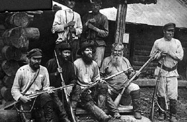 Крестьяне с нетерпением (с винтовками) ждут комбеды и продармейцев, чтобы рассказать им, что они думают о продразверстке