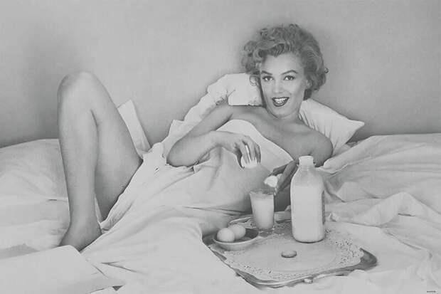 Игривая Мэрилин Монро завтракает в постели