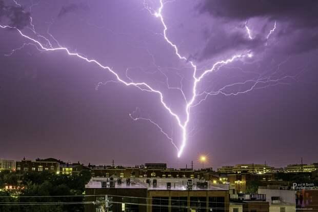 Ученые из Бразилии разобрались, почему молнии ветвятся и мерцают