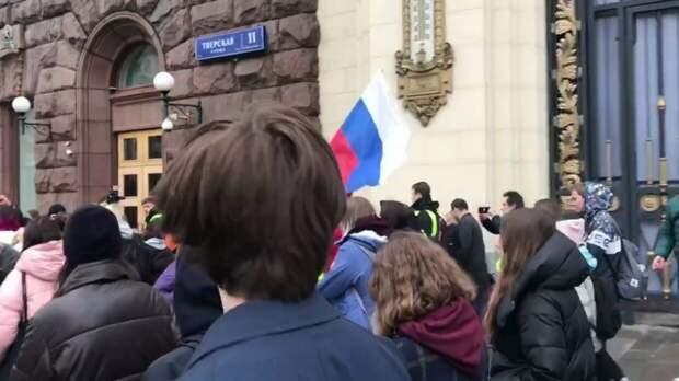 Около шести тысяч человек пришли на незаконный митинг в Москве