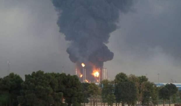 Мощный пожар вспыхнул накрупнейшем НПЗ вТегеране
