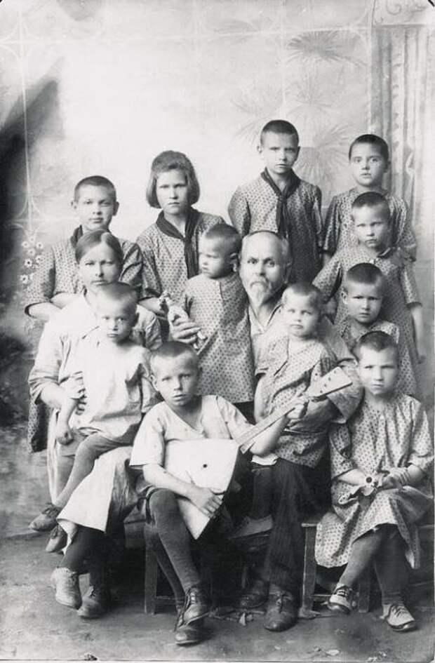 Василий Ершов с воспитанниками. / Фото: www.nstarikov.ru