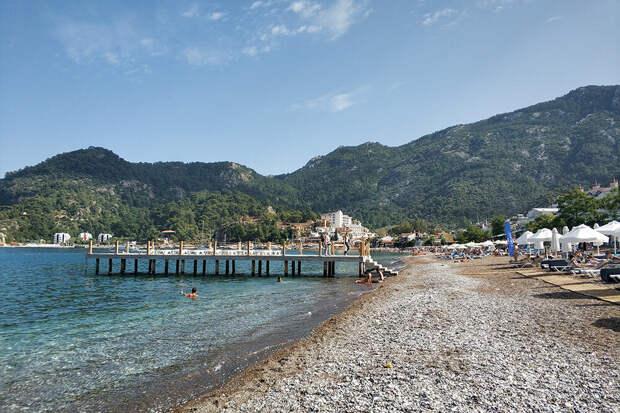 Собственный пляж пятизвездочного отеля Turunc Premium, который расположен напервой береговой линии