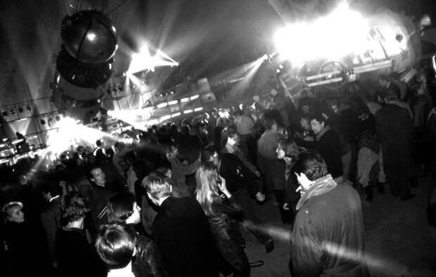 14 декабря 1991 года состоялась первая рейв-вечеринка вМоскве— Gagarin Party.