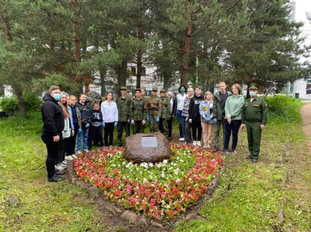 Юнармейцы школы №2005 привели в порядок территорию у стелы на Новогорской