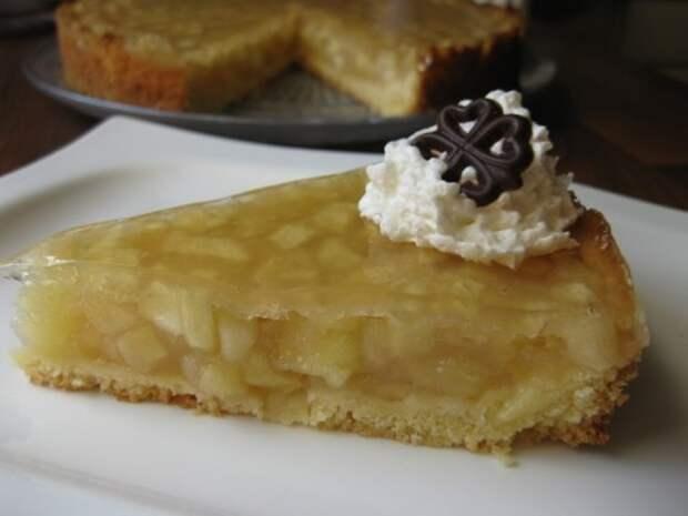 Заливной яблочный пирог с вином
