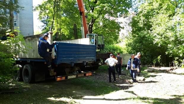 Бетонные лотки убрали с газона на Школьной улице Климовска