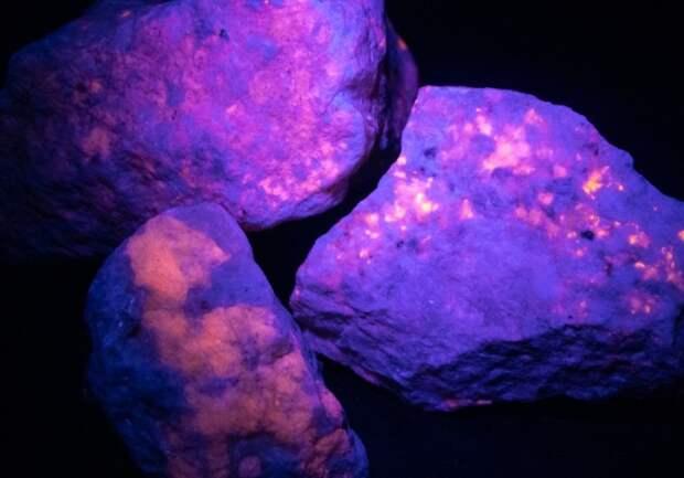 Ученые разгадали загадку светящегося камня