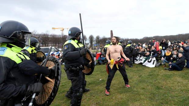 В Нидерландах полиция применила водомёты для разгона протестующих