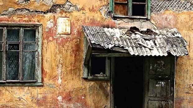 Аварийные дома Тюмени. Почему ихрасселяют, когда падают стены?