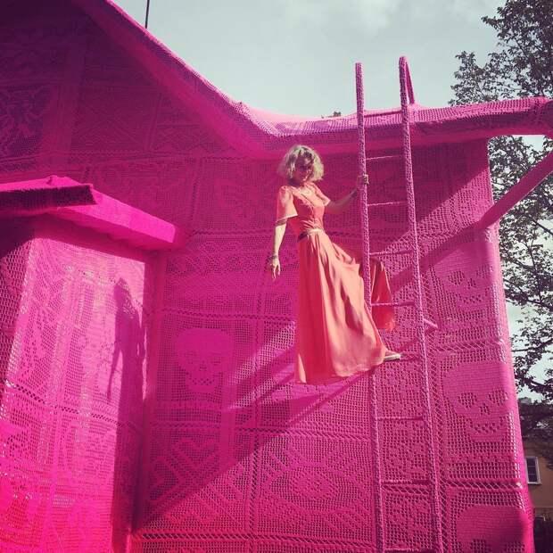 Вязаный розовый домик в Финляндии — дело умелых рук польского дизайнера
