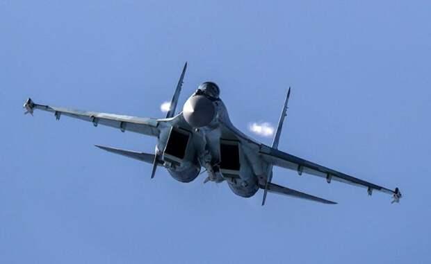На фото: многоцелевой сверхманевренный истребитель Су-35С во время полета