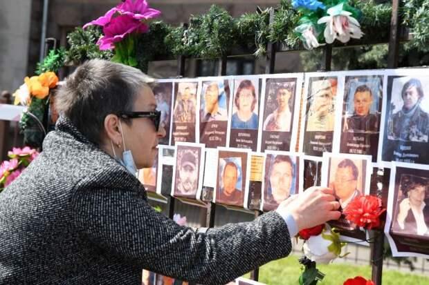 Тысячи цветов уДома профсоюзов— это кошмар украинской власти,— фоторепортаж