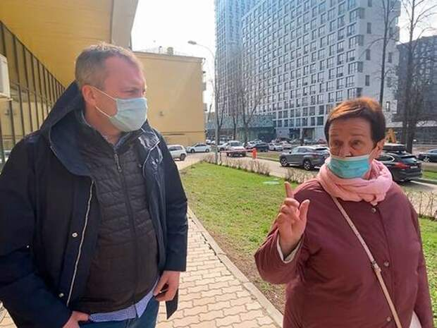 Тележурналист Евгений Попов предложил обязать застройщиков сдавать дома только с социнфраструктурой