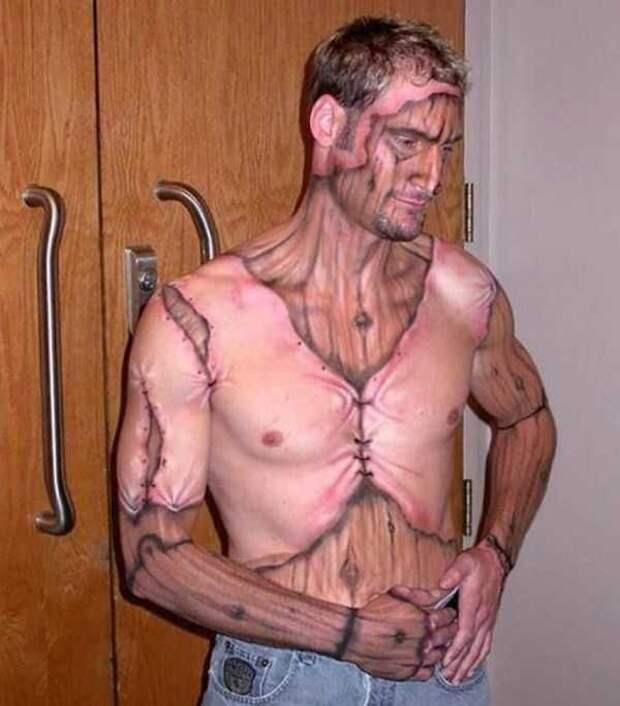 парень с татуировкой