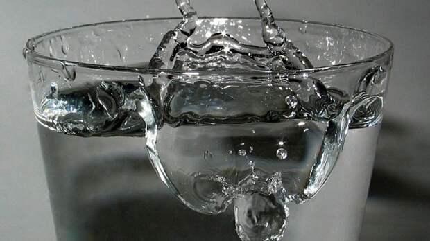 Врач Тяжельников рекомендовал утолять летом жажду теплой водой и компотом