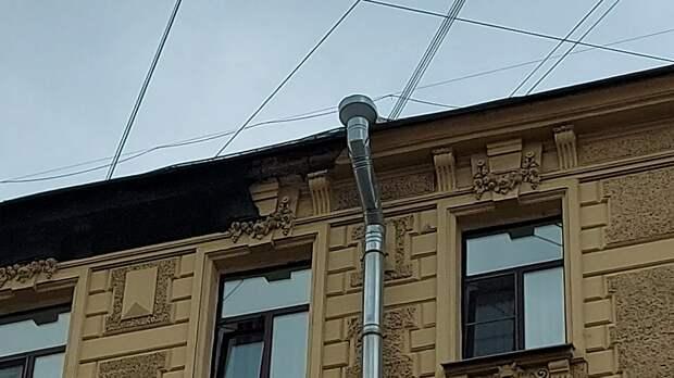 Куски лепнины снова рухнули в центре Петербурга на тротуар