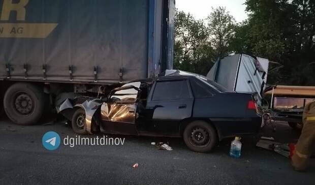 В Башкирии водитель легковушки влетел в стоящий посреди дороги грузовик