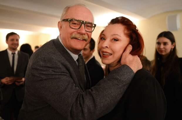 Егор Кончаловский показал 74-летнюю Наталию Аринбасарову и 76-летнюю Анастасию Вертинскую с внуками