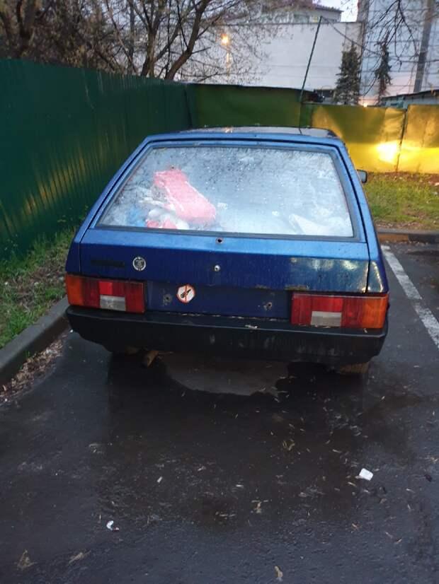 На Академика Комарова обнаружили бесхозную машину