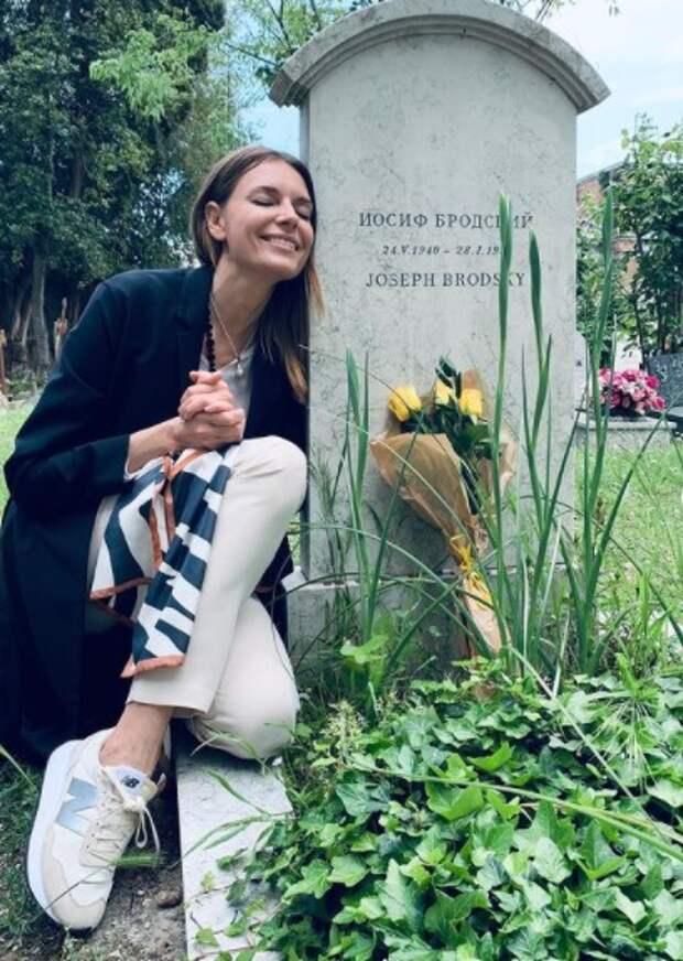 «Спасибо, что на памятник ногами не залезла», – Любовь Толкалина устроила фотосессию на фоне места захоронения известного поэта, чем смутила общественность