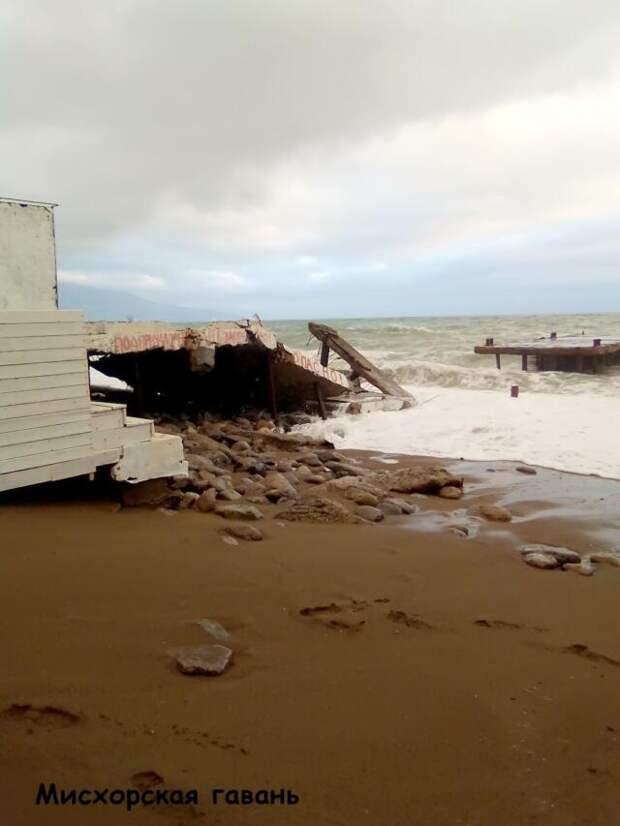 Из-за шторма в районе Ялты обрушился причал