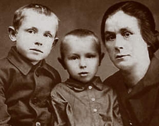 Иннокентий Смоктуновский (слева) с братом Владимиром и тётей. Фото: Википедия