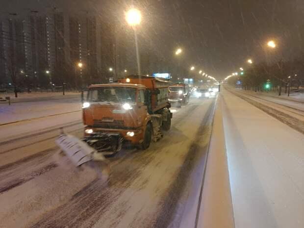В Марфине коммунальщики оперативно убирают снег