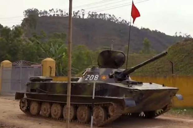 Плавающие ПТ-76 приняли участие во вьетнамском танковом биатлоне