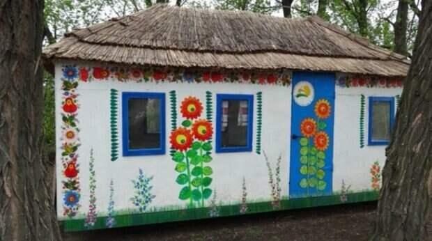 «Крыша поехала»: украинцы превратили расписную хату в дом на колесах