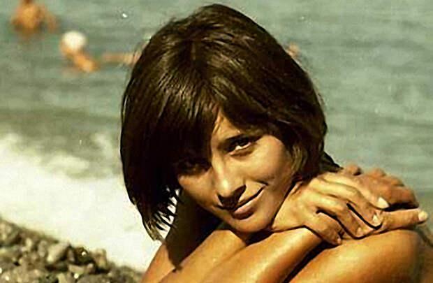 Наталья Варлей на пляже в Крыму, 1966 год