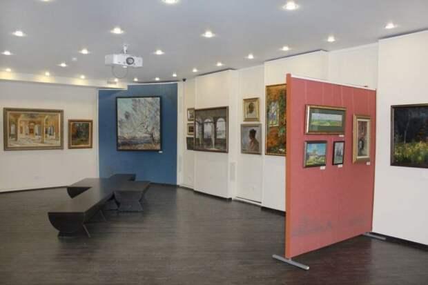 В выставочном зале на севере Москвы художник Сергей Тепляков представил свои работы