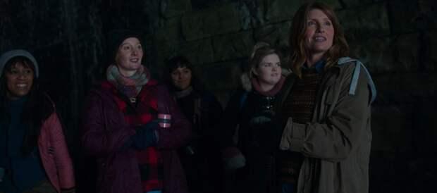 Кристин Скотт Томас и ее хор поют в пещере известную композицию