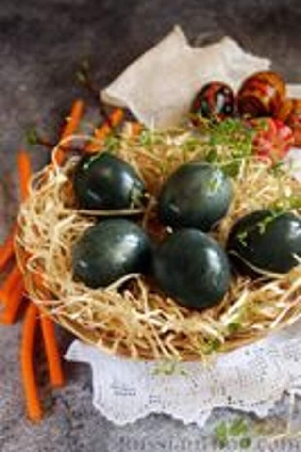 Фото приготовления рецепта: Пасхальные яйца, окрашенные каркаде - шаг №8